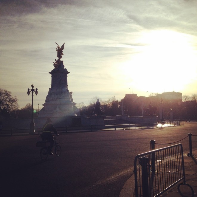 Warm sunshine at Buckingham Palace